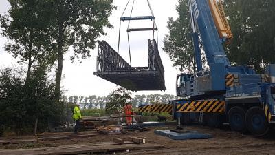 Metalen constructie Notelaarsbrug teruggeplaatst. -