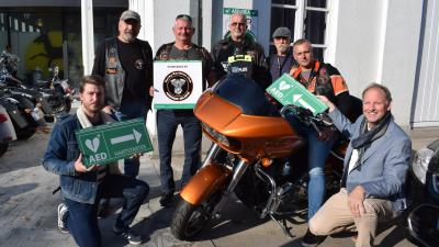 Bassevelde hartveiliger dankzij Harley Davidson Club Assenede - De bikers van HDC Assenede bij het nieuwe AED-toestel.