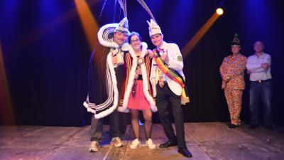 Prinses Sarah regeert over carnaval in Assenede - Prinses Sarah 8 met uittredend Prins DEWA I en Prins van België Maarten I.