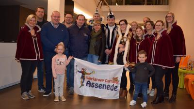 Werkgroep wil gans Assenede bevlaggen ter ere van carnaval - De Werkgroep Carnaval met de nieuwe vlag.