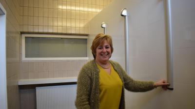 Polyvalente zaal Diederikplein heeft nieuw sanitair en verwarming - Nadine De Weerdt showt de nieuwe douches.