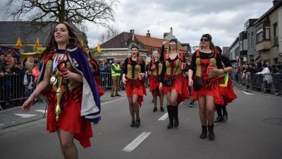 Oosteeklo maakt zich op voor zonovergoten carnavalsweekend - Carnavalsstoet Oosteeklo