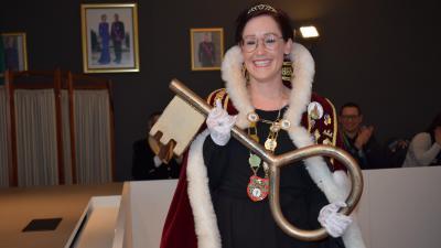 Prinses Sarah I krijgt sleutel van gemeentehuis en pakt meteen uit met goed nieuws - Prinses Sarah I